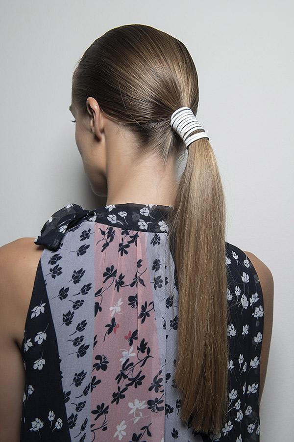 Cheveux coiffure queue de cheval basse