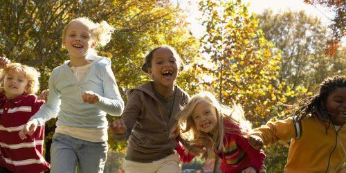 Enfants qui jouent dehors l'automne