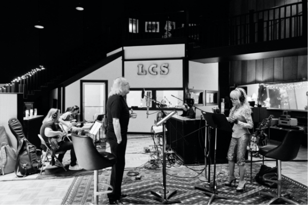 """Dolly Joins Barry Gibb on Beegees Classic """"Words"""""""