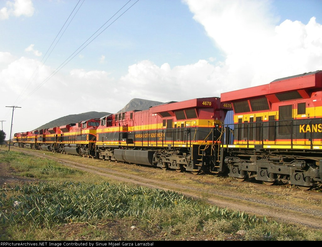 Kcsm ES44AC number 4670 and more SD70ACes