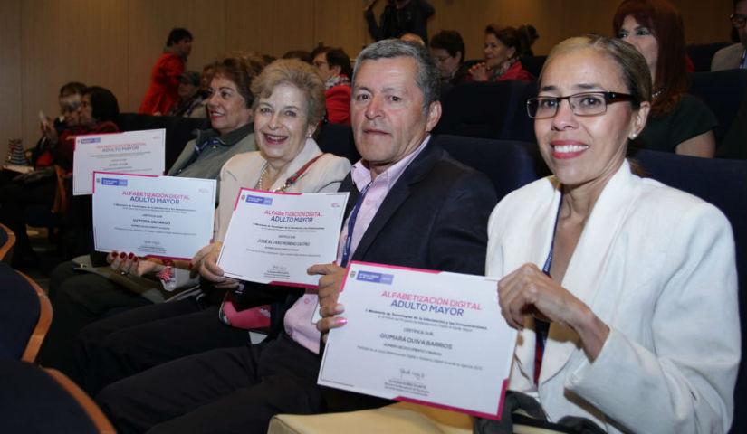 Imagen de 4 personas con diplomas de grado