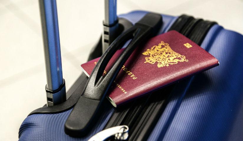 Imagen de una maleta con un pasaporte