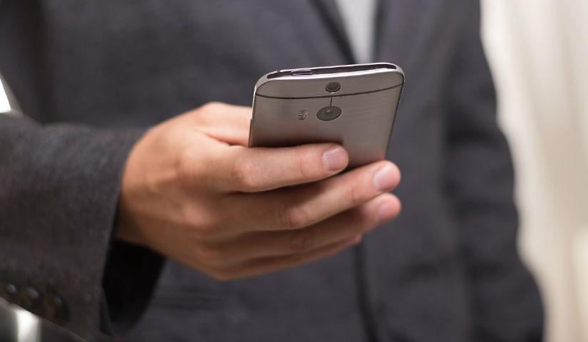 Imagen de un hombre manejando un celular