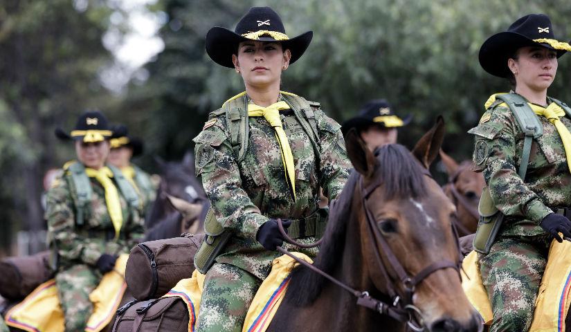 Imagen de una mujer soldado montando a caballo