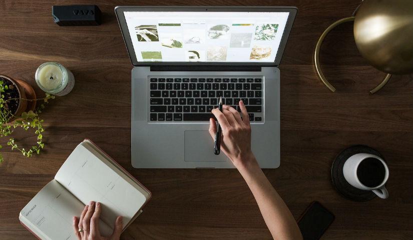 Imagen de una mujer tecleando en un computador portatil