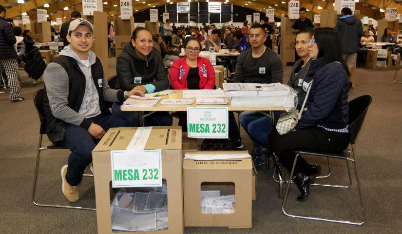 Imagen de personas siendo jurados de votacion