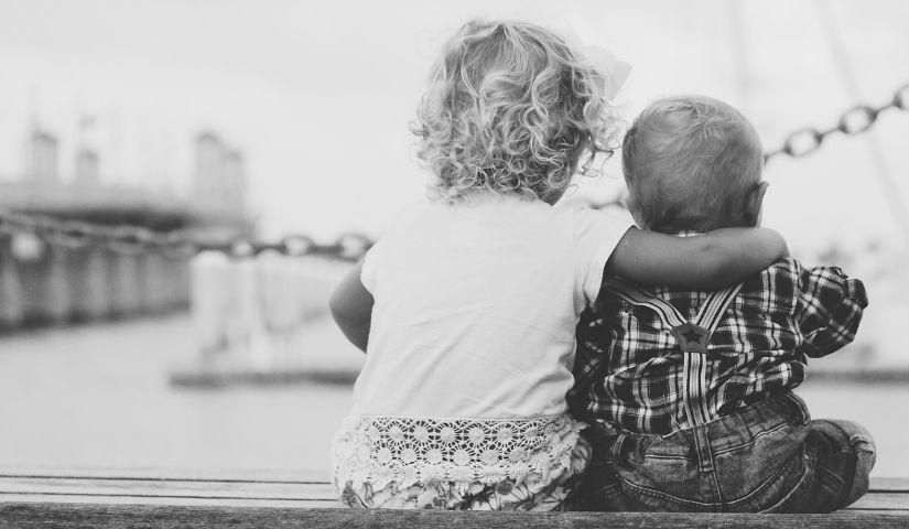 Imagen de dos niños abrazados de espaldas