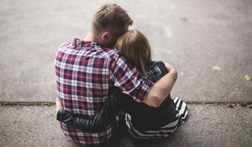 Imagen de un joven abrazando a una mujer