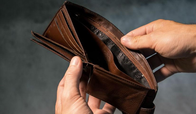 Imagen de unas manos abriendo una billetera vacía