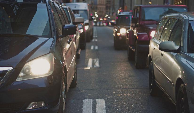 Imagen de varios carros en la calle