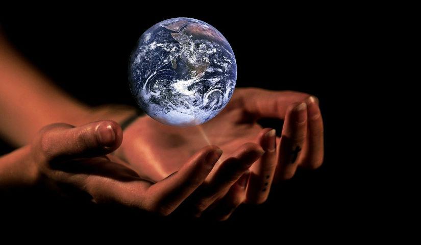 Imagen de unas manos sosteniendo el planeta tierra