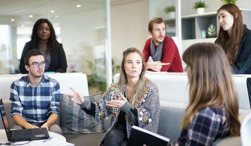 Imagen de varios jóvenes hablando