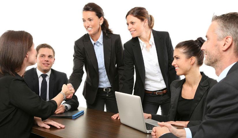 Imagen de varias personas reunidas trabajando