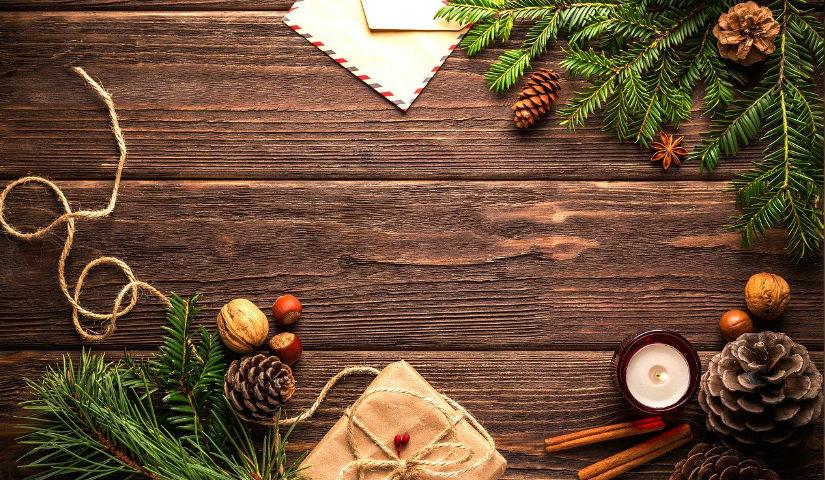Imagen de una mesa con adornos de navidad