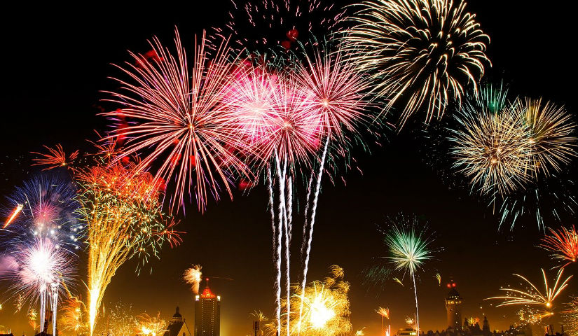 Imagen de fuegos artificiales en el cielo nocturno