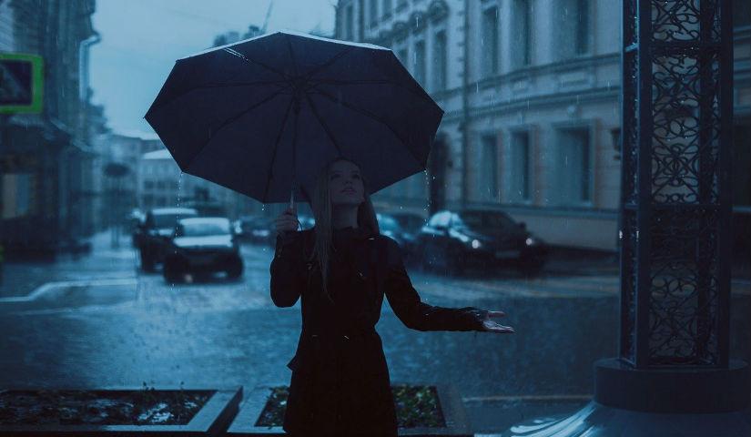 Imagen de una mujer con una sombrilla en un dia lluvioso