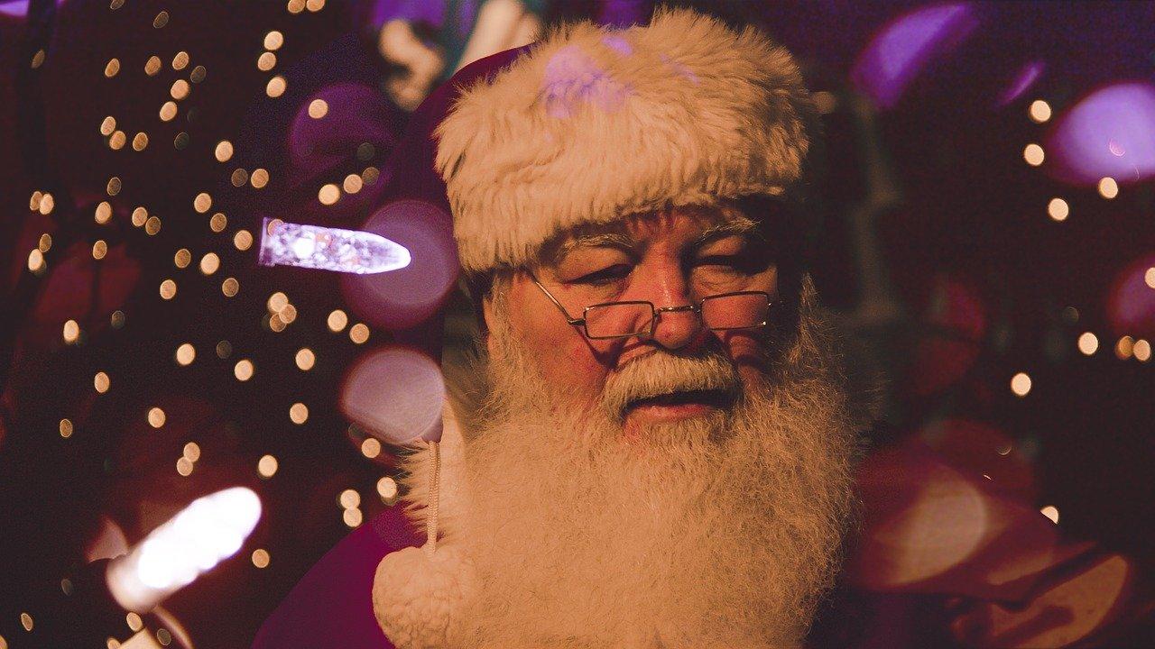 Hombre que representa al tradicional Papa Noel