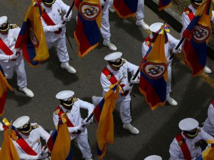 Imagen de varios hombres marchando en el desfile militar del 20 de julio