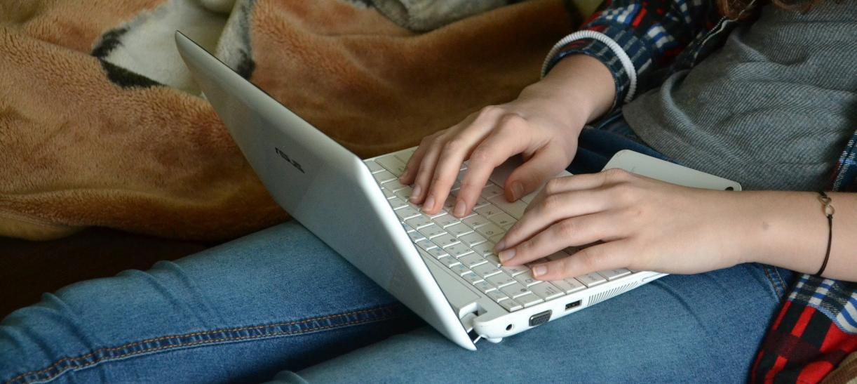 Mujer escribiendo en computador