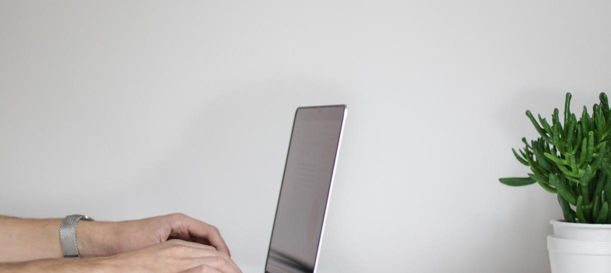 Manos en computador