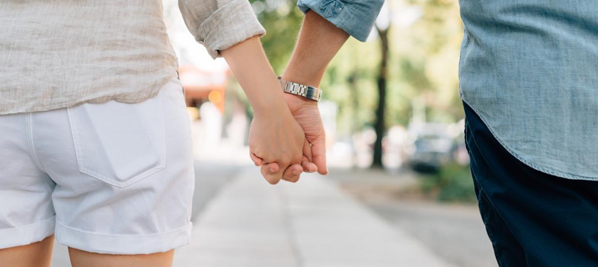 Foto de pareja tomada de la mano