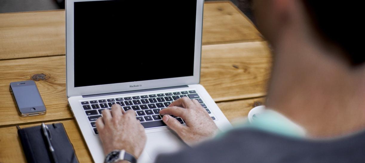 hombre con computador