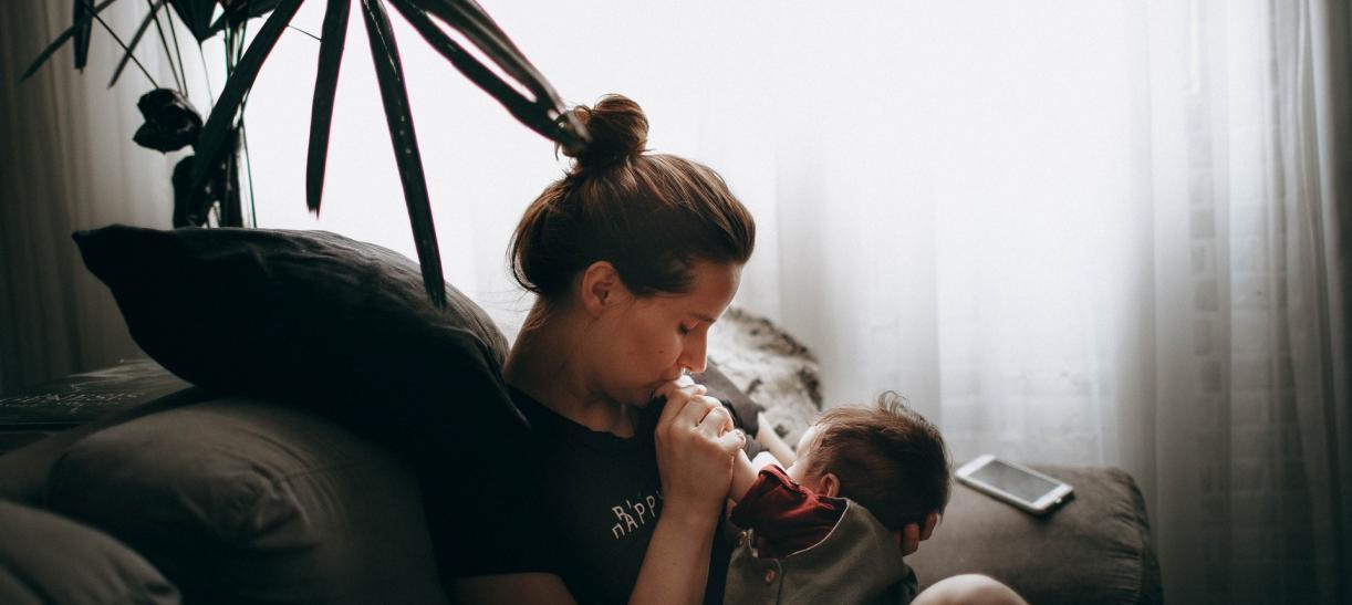 mamá amamantando a bebé - beneficios de la lactancia materna
