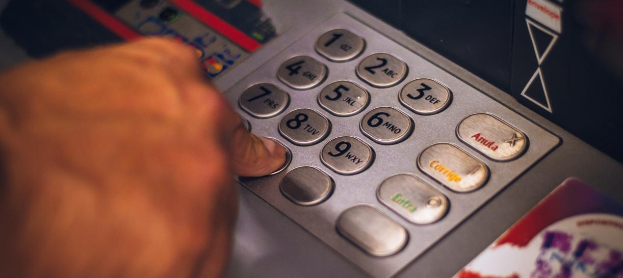 mano en cajeros automáticos