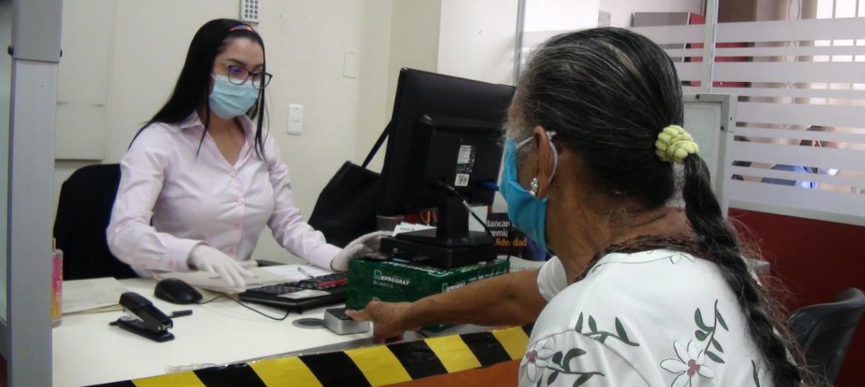 mujer cobrando subsidio de Colombia Mayor