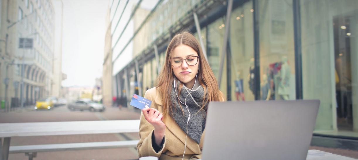 mujer con tarjeta en la mano - diferencia tarjeta de credito y debito