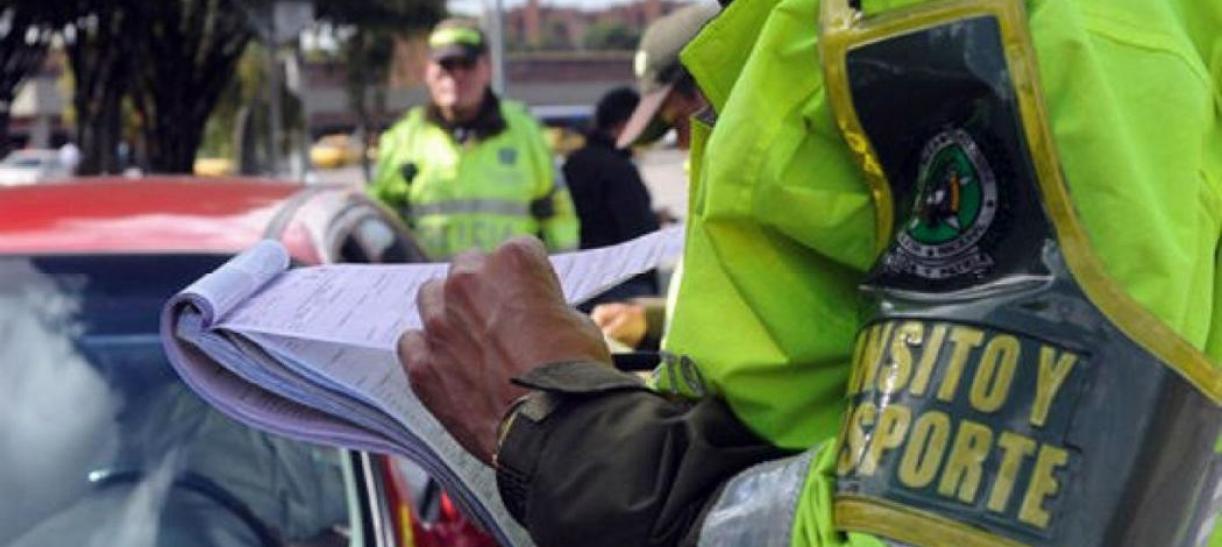 policia con libreta consultar comparendos paso a paso