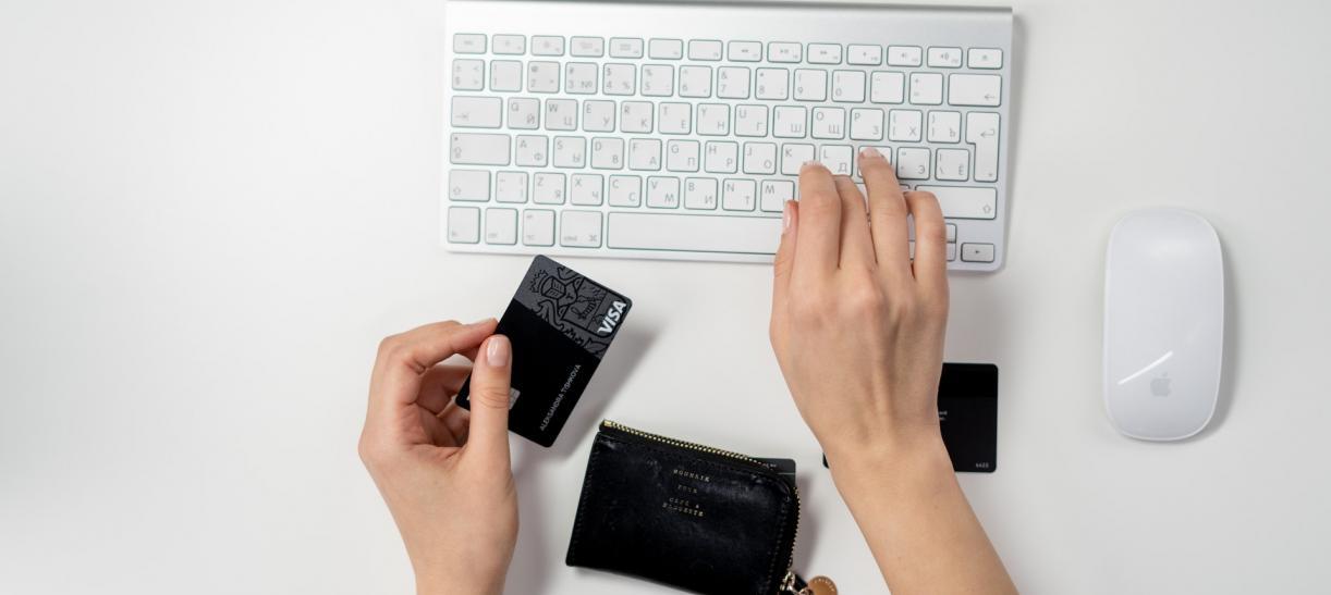 tarjeta de credito y teclado de computador