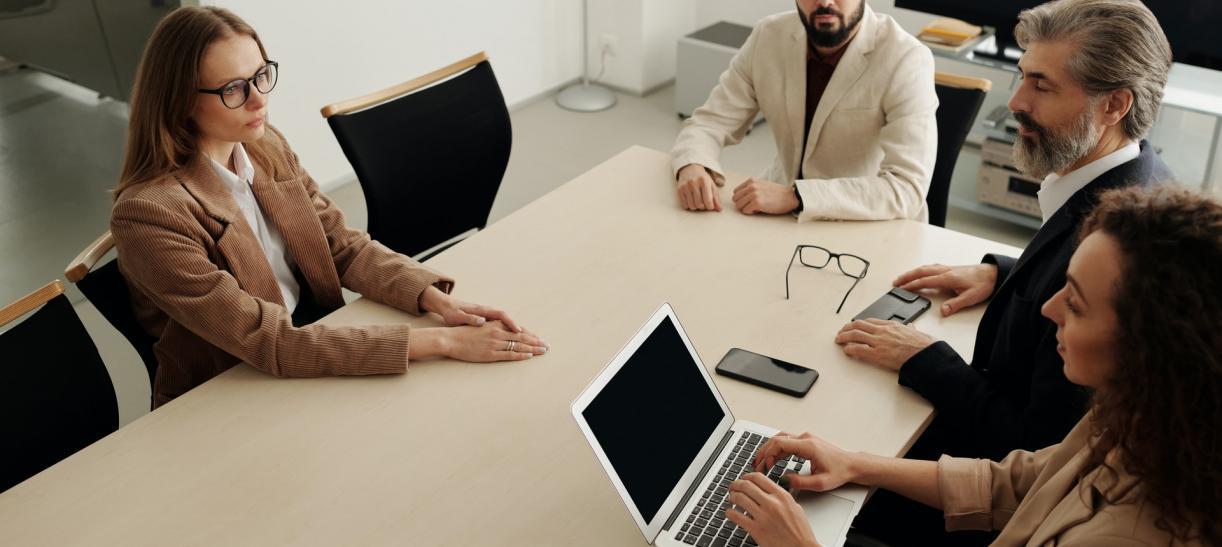 cuatro personas en una reunion de trabajo vacantes de empleo para jovenes