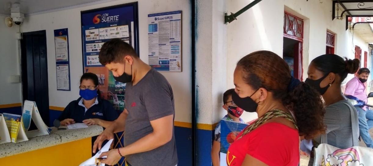 personas haciendo fila para cobrar subsidio devolucion del iva