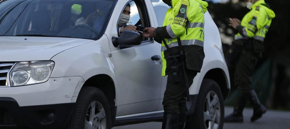 policia de transito de espaldas evita multas de transito