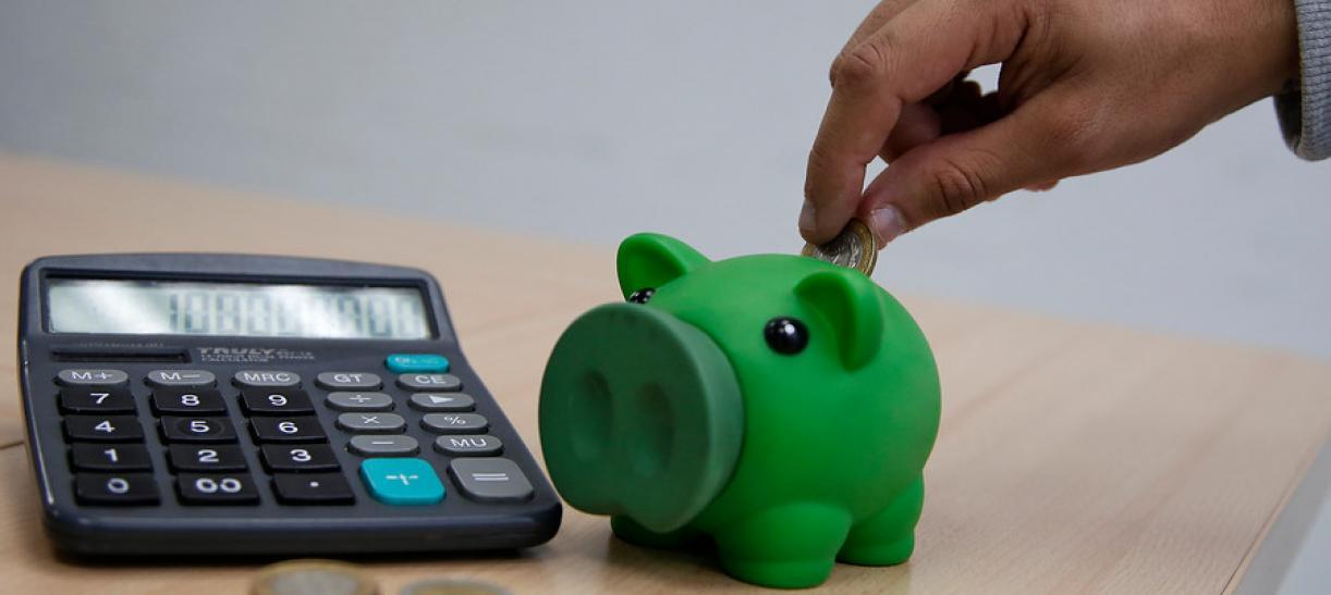 alcancia, monedas y calculadora ahorro programado