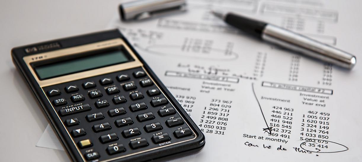 calculadora y boligrafo finanzas declaracion de renta