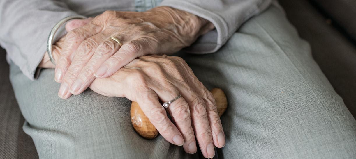 manos de anciana colombia mayor