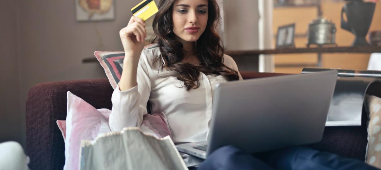 mujer con tarjeta de credito y portatil compras compulsivas