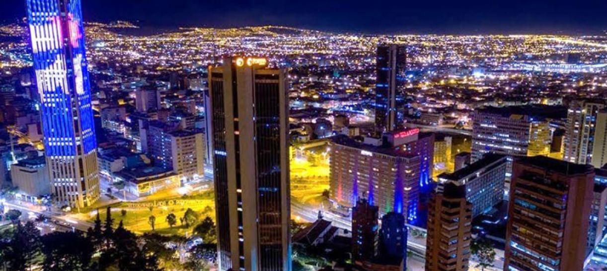 Imagen panorámica de Bogotá de noche