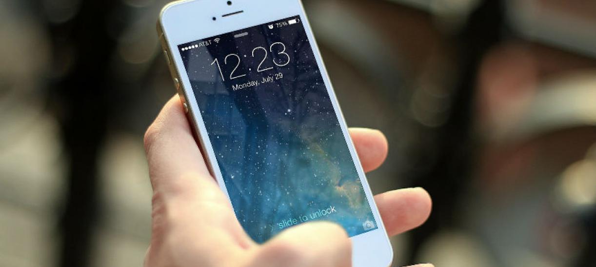 Imagen de una mano sosteniendo un celular
