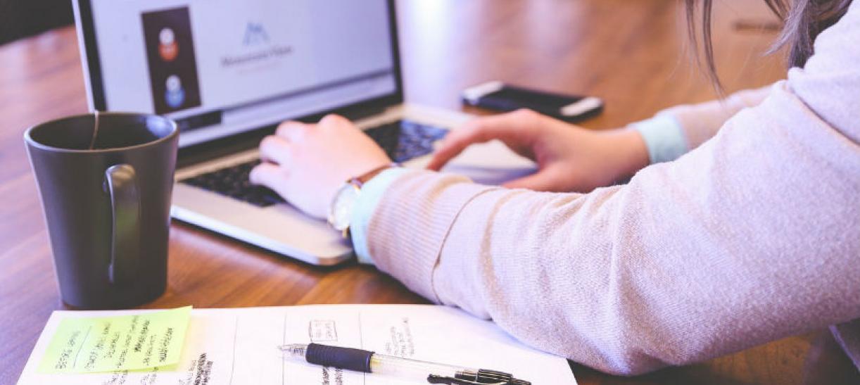 Imagen de unas manos trabajando en un computador portatil