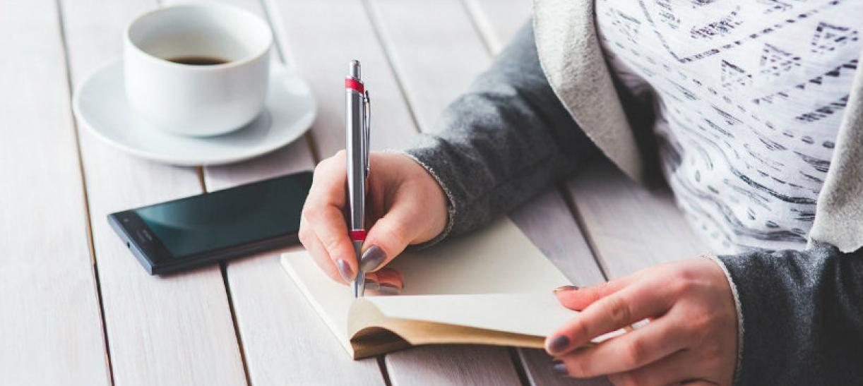 Imagen de una mujer tomando notas