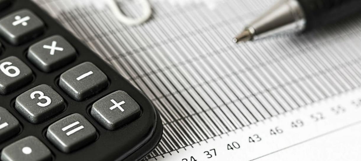 imagen de una calculadora con un esfero