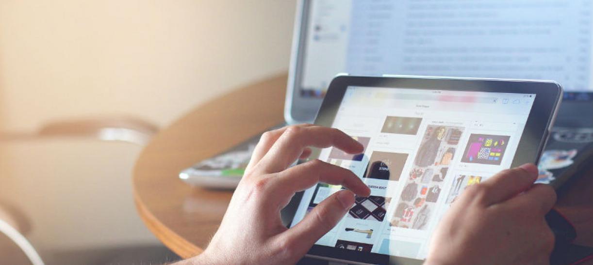 Imagen de las manos de una persona manipulando una tablet