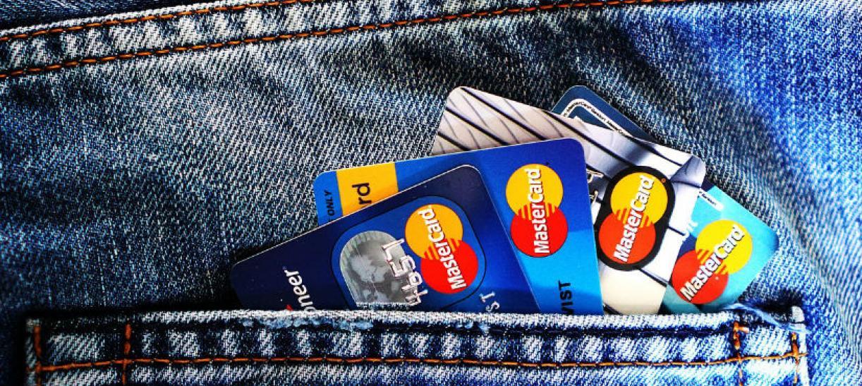 Imagen de varias tarjetas de crédito en el bolsillo de una persona