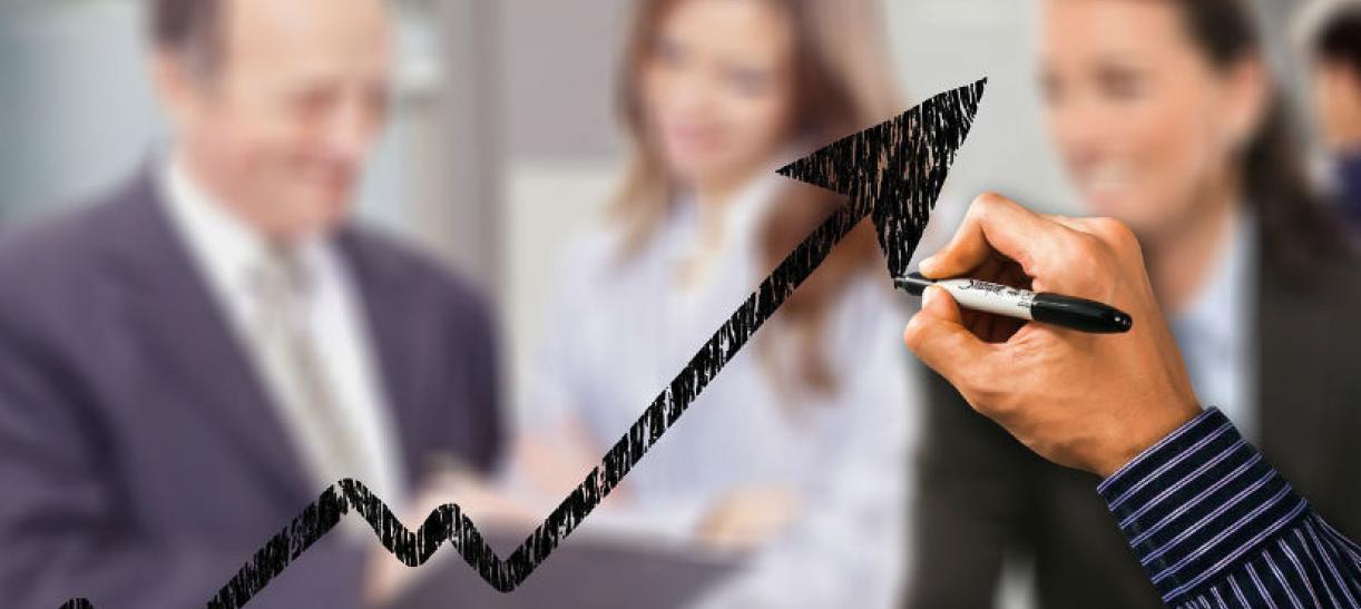 Imagen de personas conversando y una mano marcando una flecha de crecimiento