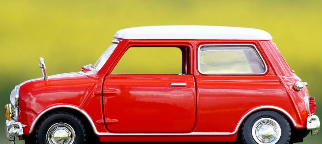 Imagen de un pequeño carro de juguete rojo