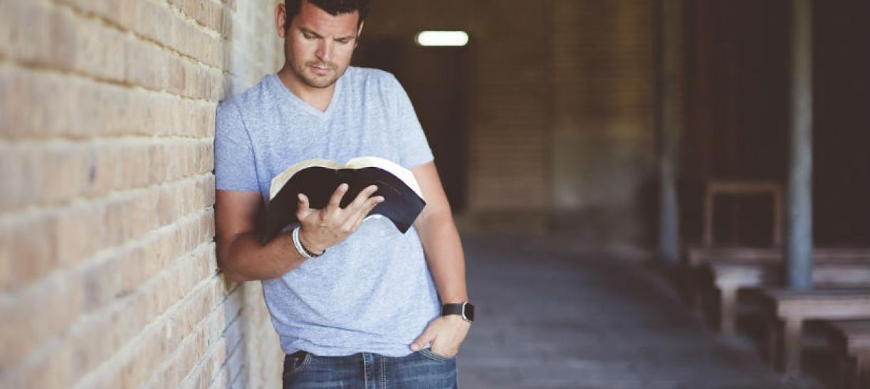 Imagen de un hombre leyendo