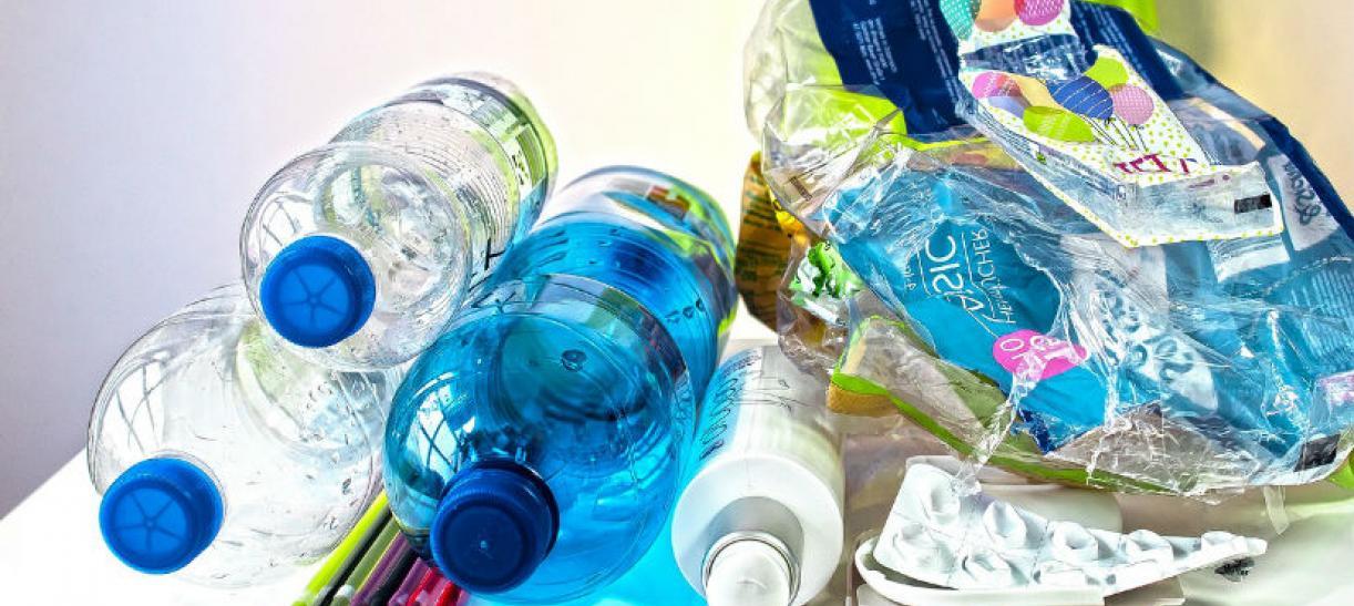 Imagen de varias botellas de plástico vacías